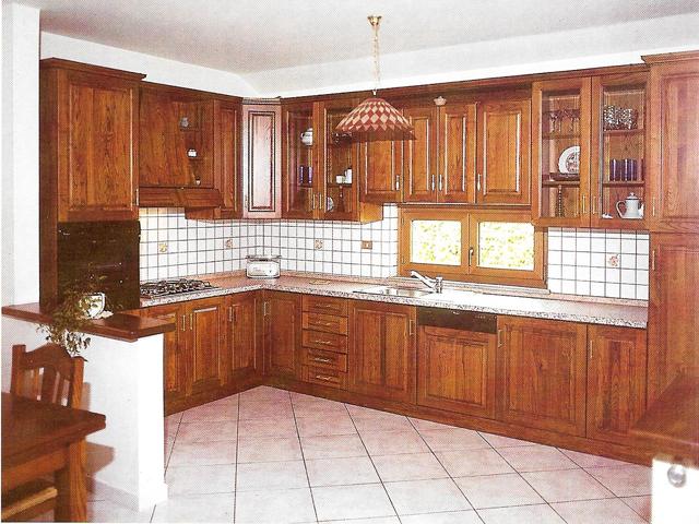 Cucina con mensole regolabili e cappa a camino in legno